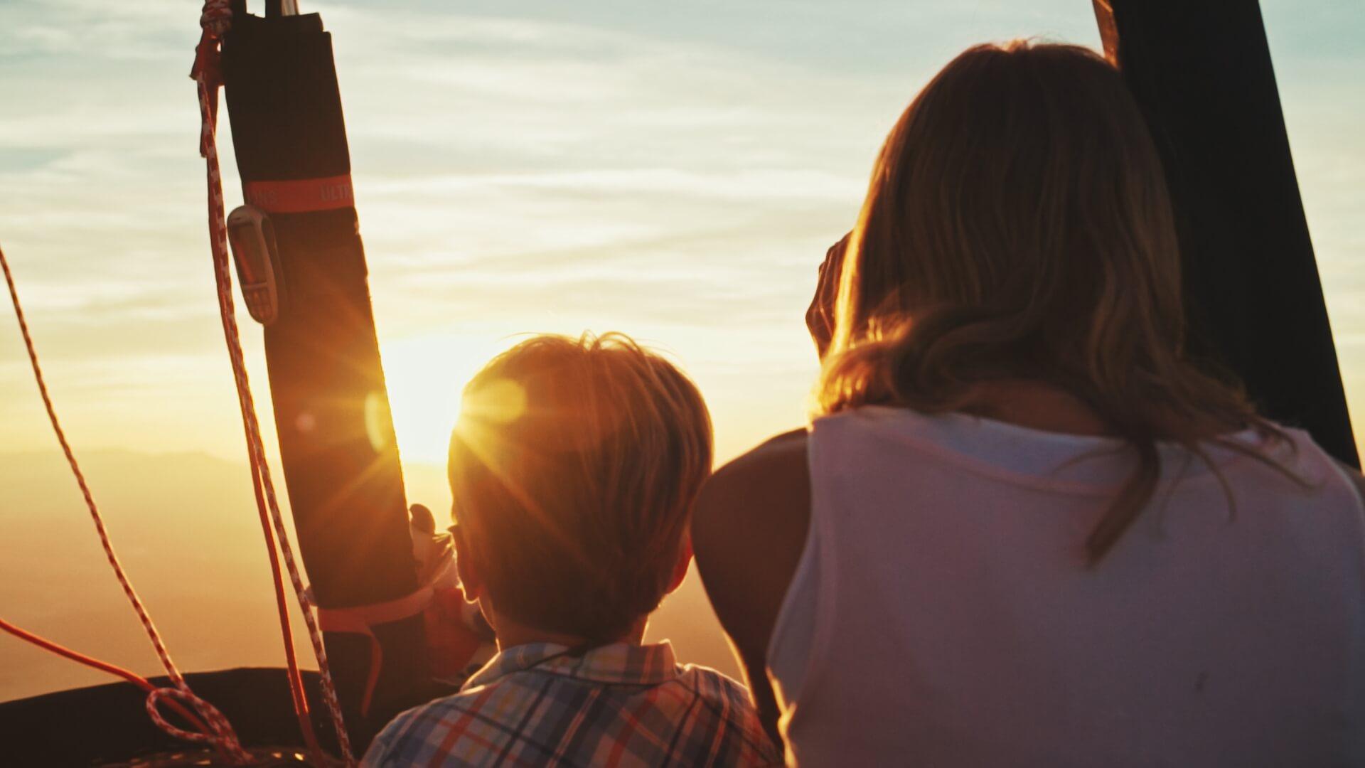 Filmproduktion für Migros Mania - 2 Kinder im Heissluftballon fahren in den Sonnenuntergang